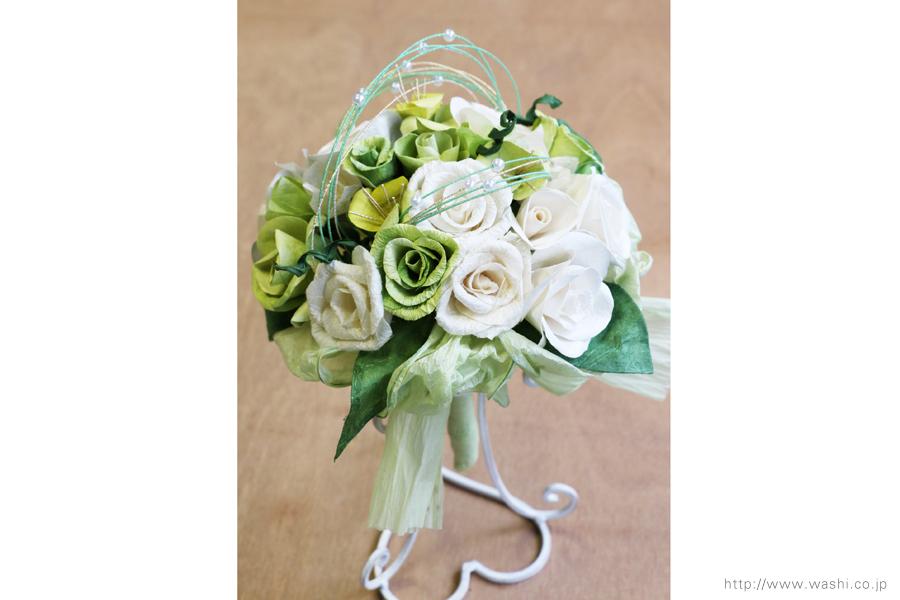 ホワイト・グリーン系バラの和紙ブーケ・花束(紙婚式ペーパーフラワー)やや上からの写真