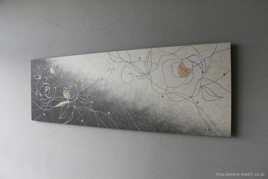 バラ柄の和紙インテリアアートパネル(墨染めベース)斜めからの写真