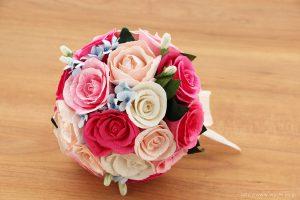 ピンク系のバラと、青い小花の和紙ブーケ(紙婚式ペーパーフラワー)斜め上から