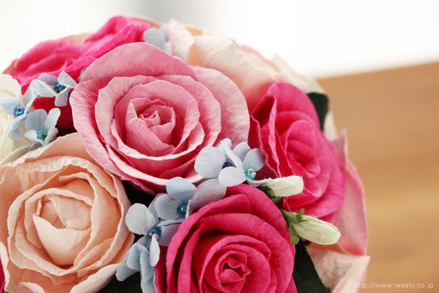 ピンク系のバラと、青い小花の和紙ブーケ(紙婚式ペーパーフラワー)アップ