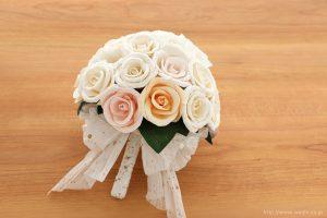 世界に一つだけのバラとトルコ桔梗の和紙ブーケ・花束(紙婚式ペーパーフラワー)置いた状態