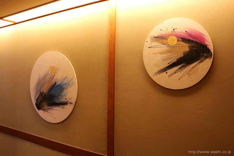 温泉旅館壁面に設置した、円形の和紙インテリアアートパネル(2枚アップ)