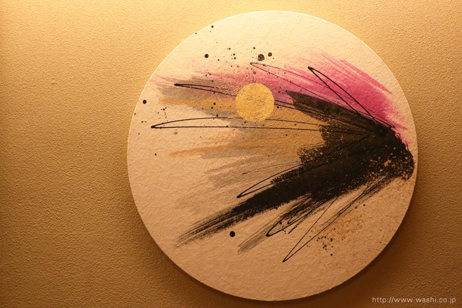 温泉旅館壁面に設置した、円形の和紙インテリアアートパネル(春のデザイン)
