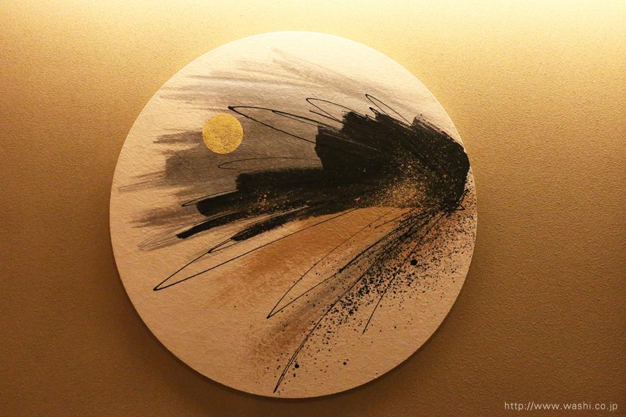温泉旅館壁面に設置した、円形の和紙インテリアアートパネル(冬のデザイン)