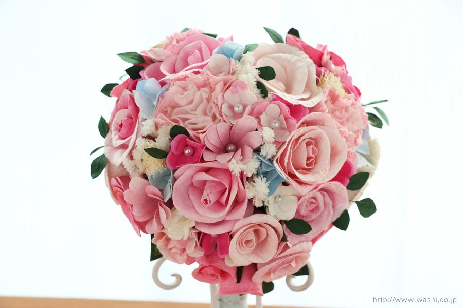 ピンク系の色合いに、小花や葉っぱを組み込んだハート型の和紙ブーケ・花束(紙婚式ペーパーフラワー)正面アップ