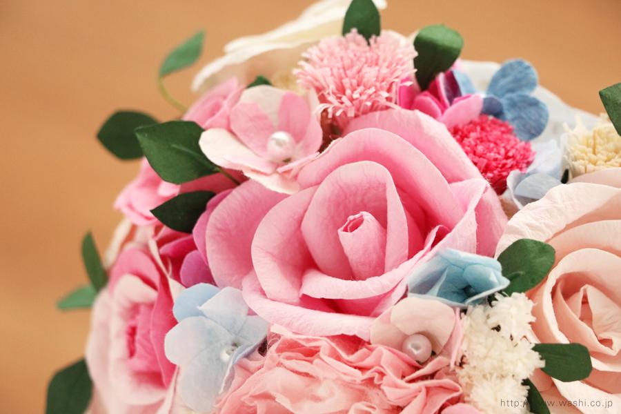 ピンク系の色合いに、小花や葉っぱを組み込んだハート型の和紙ブーケ・花束(紙婚式ペーパーフラワー)花部アップ