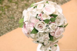 白と淡いピンクの和紙ブーケ・花束(紙婚式ペーパーフラワー)やや上からの写真