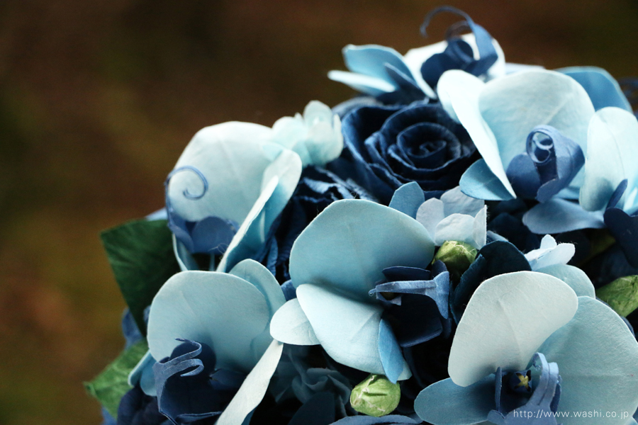 青い胡蝶蘭とバラの和紙ブーケ・花束(紙婚式ペーパーフラワー)花部アップ