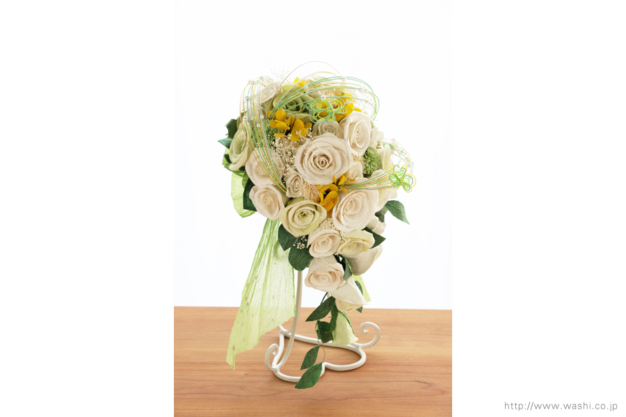 菜の花の和紙ウェディングブーケ(やや斜めからの写真)結婚式用