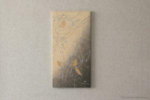 縦使いのバラ柄、和紙インテリアアートパネル(ベージュと墨グラデーション)正面