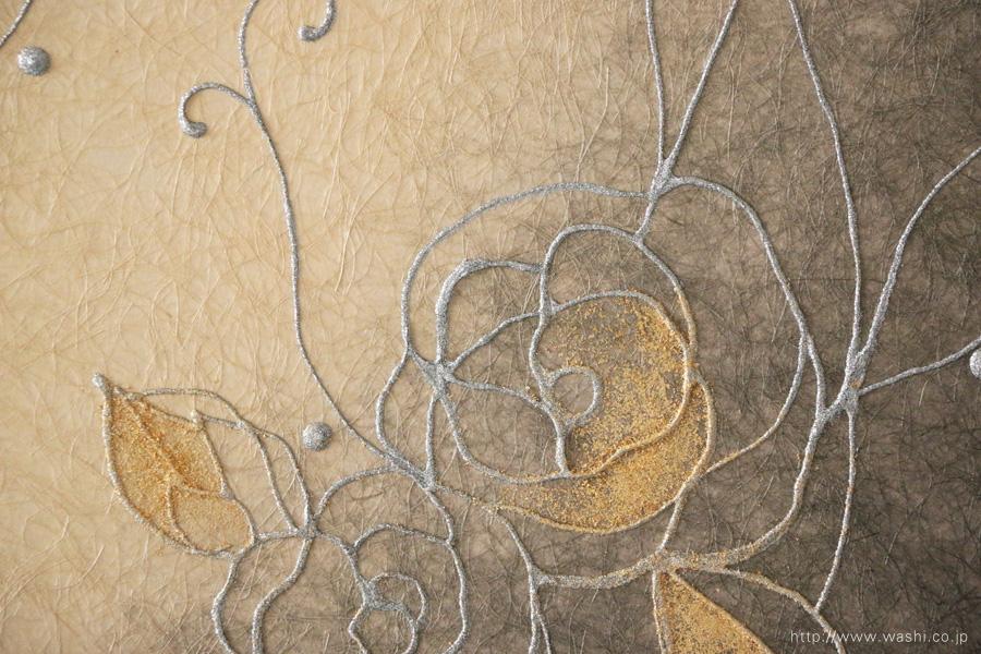縦使いのバラ柄、和紙インテリアアートパネル(ベージュと墨グラデーション)デザイン部分アップ