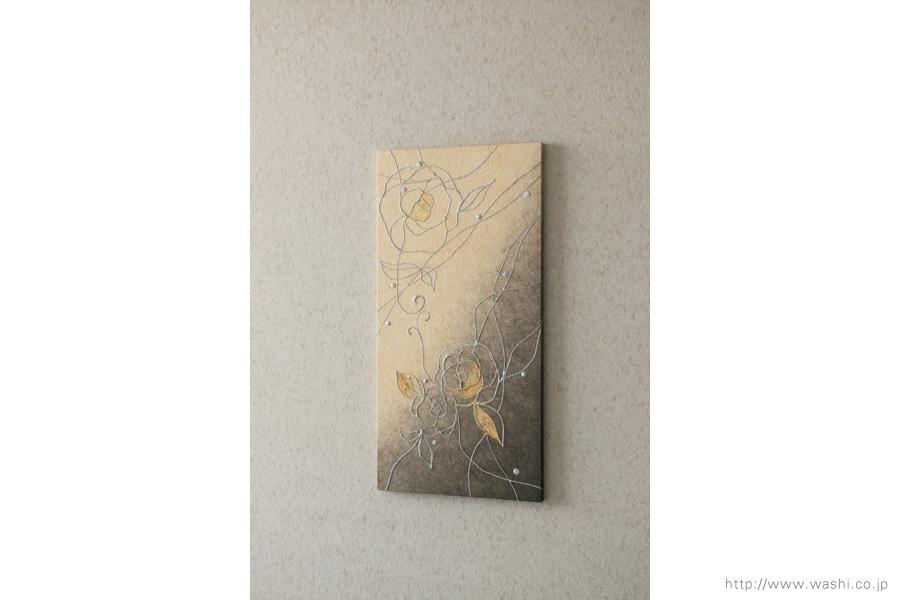 縦使いのバラ柄、和紙インテリアアートパネル(ベージュと墨グラデーション)斜めから