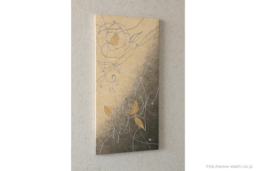 縦使いのバラ柄、和紙インテリアアートパネル(ベージュと墨グラデーション)斜めから、ややアップ
