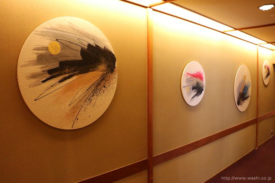 温泉旅館壁面に設置した、円形の和紙インテリアアートパネル(斜めから)(2)