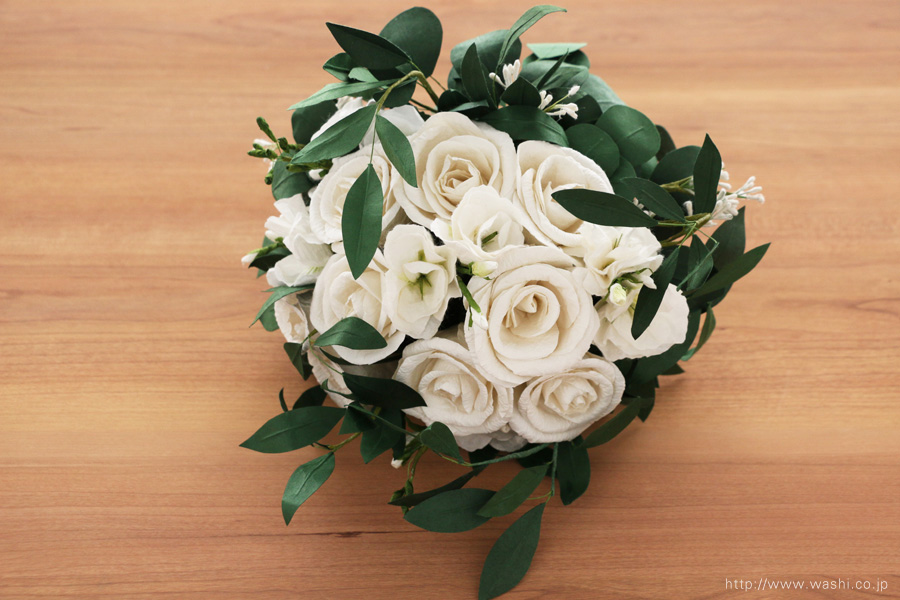 葉ものをたっぷり使ったナチュラルテイストの和紙ブーケ・花束(紙婚式ペーパーフラワー)やや上から