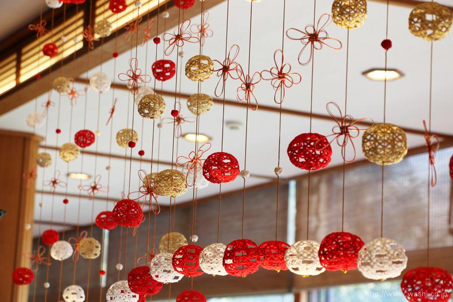 温泉旅館に設置した加賀水引つるし飾り(アップ)