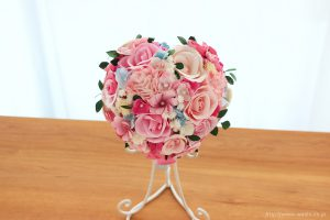ピンク系の色合いに、小花や葉っぱを組み込んだハート型の和紙ブーケ・花束(紙婚式ペーパーフラワー)正面