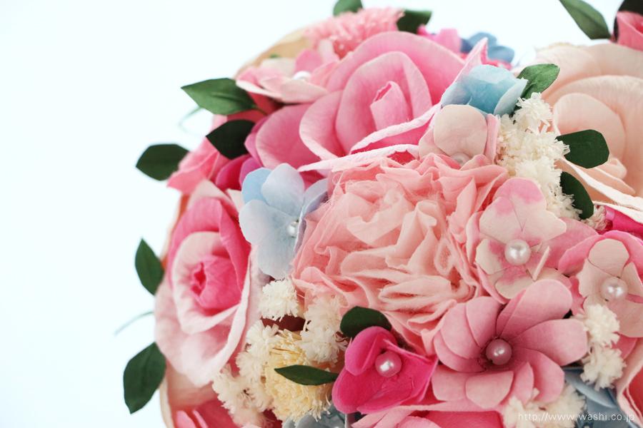 ピンク系の色合いに、小花や葉っぱを組み込んだハート型の和紙ブーケ・花束(紙婚式ペーパーフラワー)上面アップ