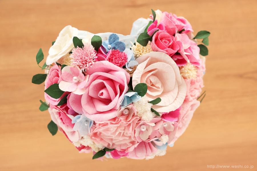 ピンク系の色合いに、小花や葉っぱを組み込んだハート型の和紙ブーケ・花束(紙婚式ペーパーフラワー)真上