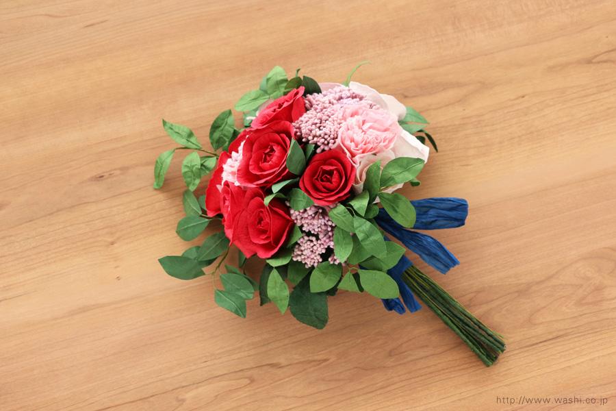 深紅のバラとライスフラワー、トルコ桔梗の和紙ブーケ・花束(結婚1周年、紙婚式のペーパーフラワー)斜め下から