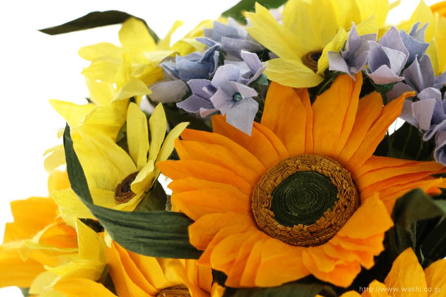 向日葵(ひまわり)と小花の和紙の花束・ブーケ(紙婚式ペーパーフラワーブーケ)花部アップ