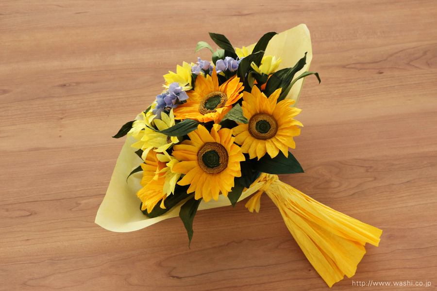 向日葵(ひまわり)と小花の和紙の花束・ブーケ(紙婚式ペーパーフラワーブーケ)ラッピング後