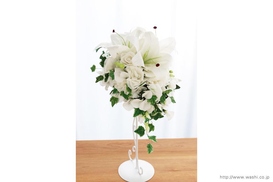 紙婚式ペーパーフラワー|結婚式の再現ブーケ・カサブランカとサマースイートピーの和紙の花束(斜め前から)