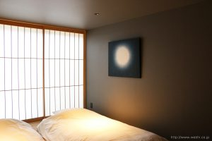 町屋旅館インテリアの和紙アートパネル 室内装飾- Wabi-Sabi Washi wall Art Panel(月柄、斜めから)