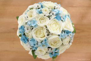 紙婚式ペーパーフラワー|結婚式の再現ブーケ・白いバラと可憐な青い小花の和紙花束(上部)