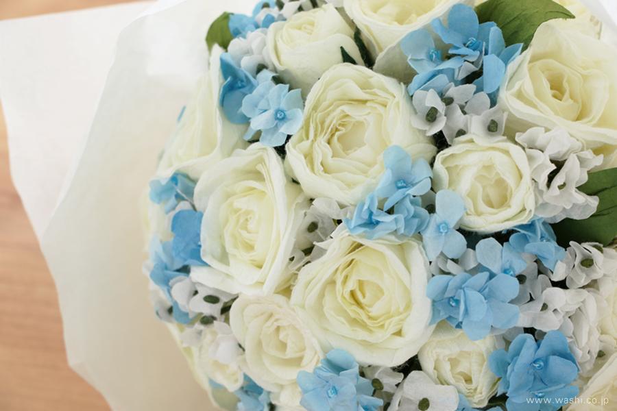 紙婚式ペーパーフラワー|結婚式の再現ブーケ・白いバラと可憐な青い小花の和紙花束(アップ)