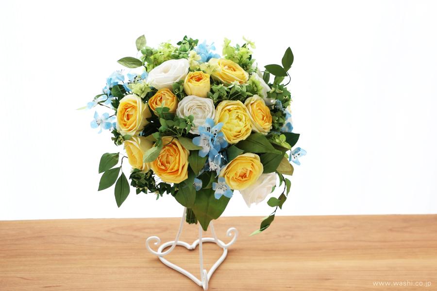 結婚一周年記念日・紙婚式の和紙ペーパーフラワーブーケ(黄色と白色の大輪バラとグリーン)左斜め