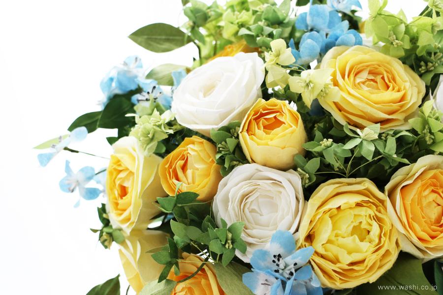 結婚一周年記念日・紙婚式の和紙ペーパーフラワーブーケ(黄色と白色の大輪バラとグリーン)アップ