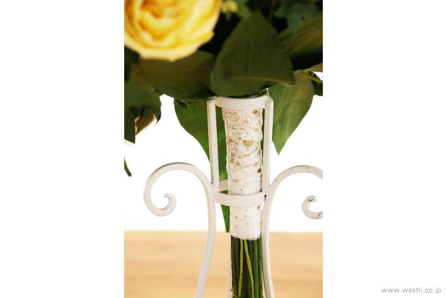 結婚一周年記念日・紙婚式の和紙ペーパーフラワーブーケ(黄色と白色の大輪バラとグリーン)持ち手