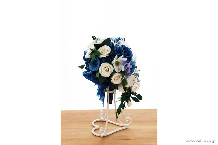 紙婚式記念日の和紙の花フラワーブーケ(純白ガーベラと青いバラのペーパーフラワー)左面