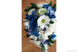 紙婚式記念日の和紙の花フラワーブーケ(純白ガーベラと青いバラのペーパーフラワー)斜め上