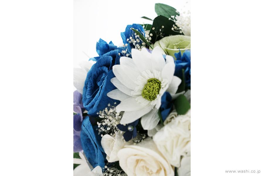 紙婚式記念日の和紙の花フラワーブーケ(純白ガーベラと青いバラのペーパーフラワー)ガーベラアップ